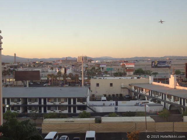 ハイアットプレイスラスベガス、窓からの景色、飛行機が通ります