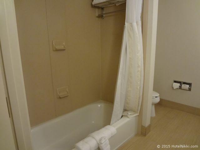 ヒルトン ガーデン イン パームスプリングス - ランチョ ミラージュ、浴室、バスタブ・トイレ