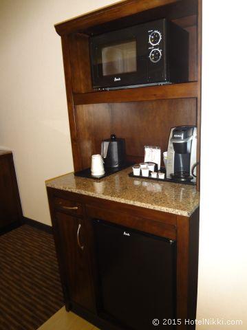 ヒルトン ガーデン イン パームスプリングス - ランチョ ミラージュ、冷蔵庫・電子レンジ・キューリグのコーヒーセット