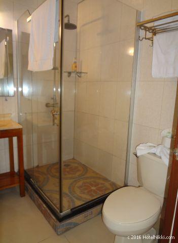 ベリーズ・キーカーカーのキーカーカープラザホテル、バスルームはシャワーのみ
