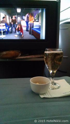 UA32 LAX-NRT ビジネスファースト、シャンパンとウォームナッツ