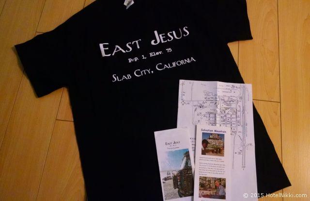 イーストジーザスで20ドルをドネーションするともらえるTシャツ、サルベーションマウンテンとイーストジーザスのパンフレット、そしてスラブシティーのマップ