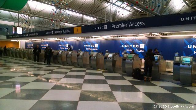 シカゴ・オヘア空港のユナイテッド航空プレミアアクセスチェックインカウンター