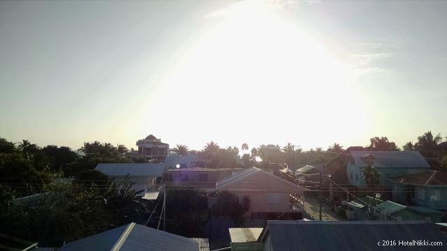 ベリーズ・キーカーカーのキーカーカープラザホテル、ルーフトップから朝日を眺める
