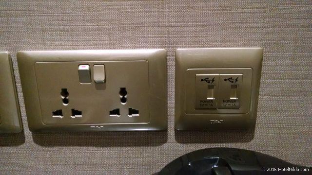 ホテルボス シンガポール、コンセントプラグ電源とUSBポート電源