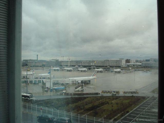 シェラトン パリ エアポート ホテル&コンファレンスセンター 窓からの景色、真横に飛行機です